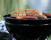 Steaks und Würste auf dem Smokey Joe von Weber