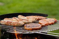 Leckere Steaks und Würste auf dem Grill