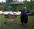 Mit Schirm, Charme und Grillzange