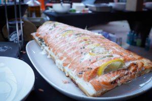 Santos Sommerfest: Lachs auf der Planke gegrillt