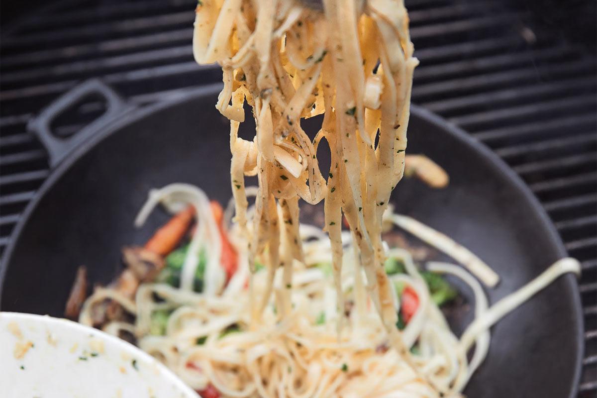 Tagliatelle mit gegrilltem Gemüse aus dem Grillwok