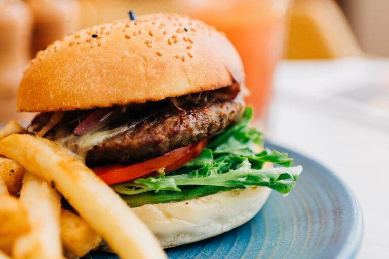 Chuck Burger mit Meerrettich-Senf und Rucola